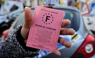 Des inspecteurs de permis de conduire, qui réclament des hausses de salaires, poursuivaient mardi le blocage entamé lundi de plusieurs centres d'examen dans toute la France, empêchant des candidats de passer leurs épreuves de code et de conduite.