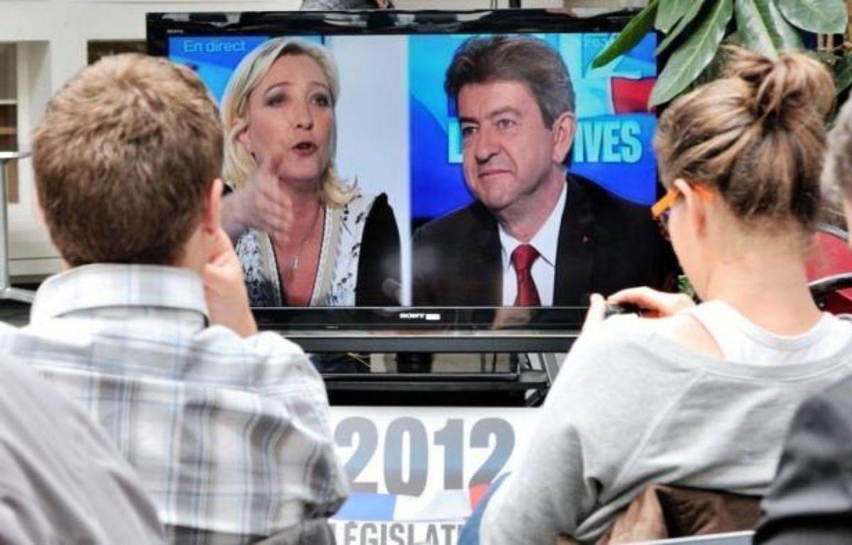 """Jean-Luc Mélenchon et Marine Le Pen se sont livrés samedi à un débat """"Front contre Front"""" haut en couleurs dans la campagne pour la 11e circonscription du Pas-de-Calais, sur France 3 Nord/Pas-de-Calais, où les autres principaux candidats ont tenté de se faire entendre. – Philippe Huguen afp.com"""