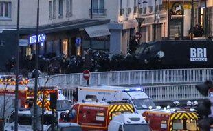 La BRI et les secours mobilisés devant le magasin Hyper Cacher de la Porte de Vincennes à Paris, lors de la prise d'otages qui a fait 4 morts le 9 janvier 2015.
