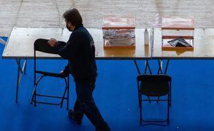 Préparation d'un bureau de vote à Barcelone, le 13 février 2021.