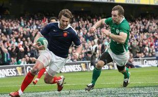 Maxime Médard déborde la défense irlandaise, le 13 février 2011 à Dublin.