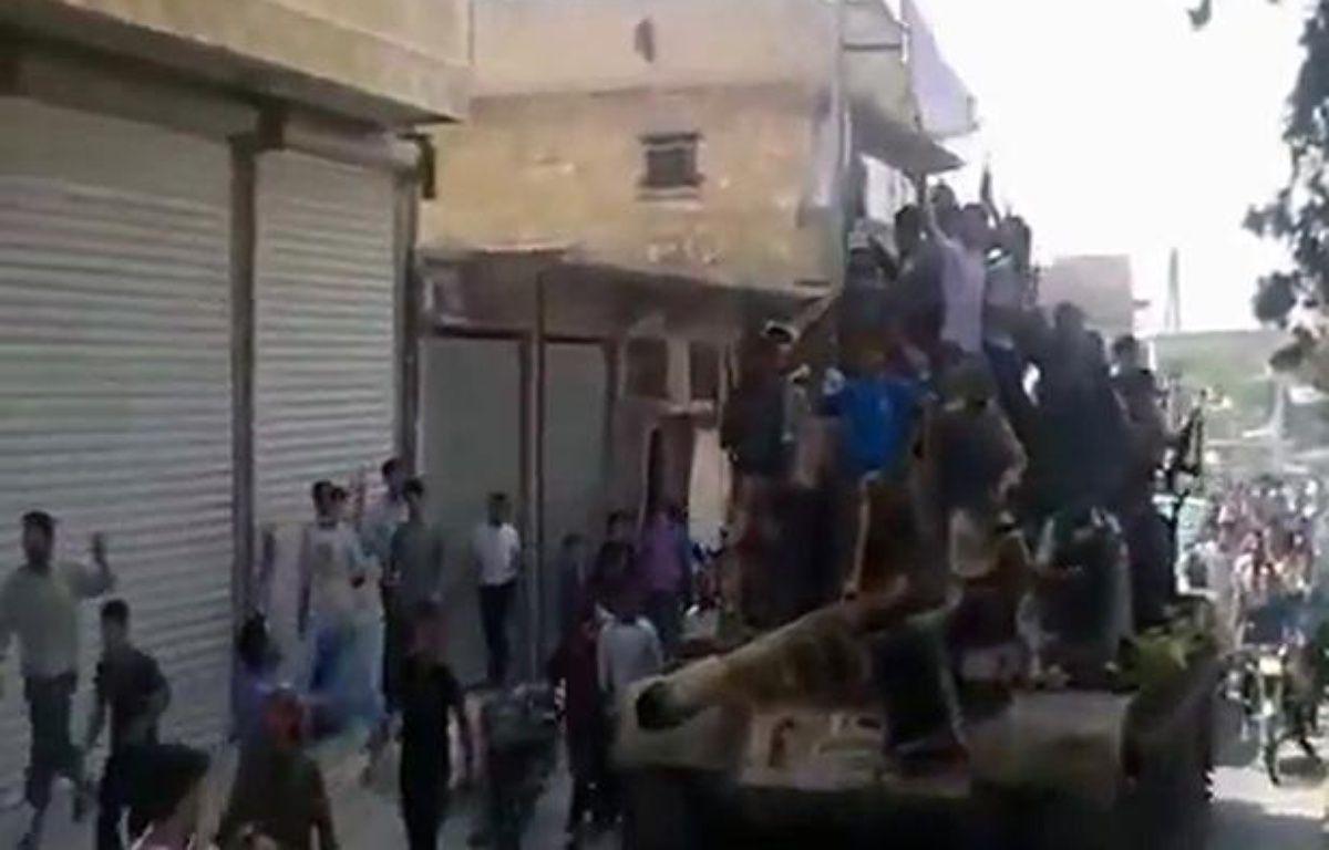 Capture d'écran d'un film montrant l'arrivée de rebelles syriens près d'Alep, le 29 juillet 2012. – AFP PHOTO/YOUTUBE