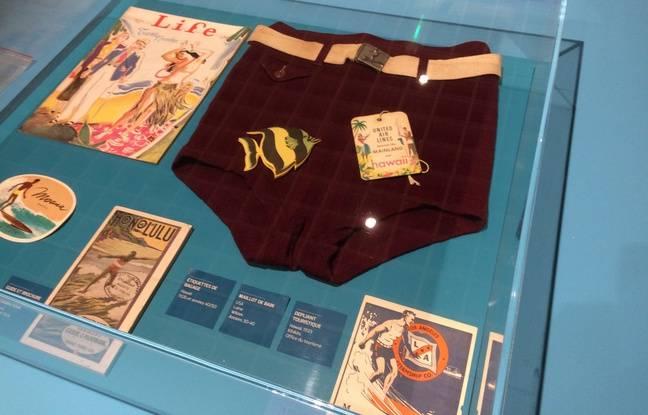 On peut admirer un modèle de maillots de bain en laine dans une des vitrines de l'exposition.