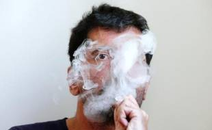 Un fumeur de cigarette électronique