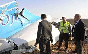 Le Premier ministre égyptien, Sherif Ismail, (droite) devant des débris de l'A321 de Metrojet qui s'est écrasé à Hassana dans le Sinaï le 31 octobre 2015.