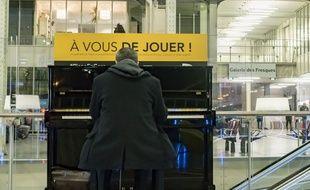 Un piano, à la gare de Lyon, à Paris (illustration)
