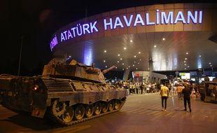 Un char turc devant l'aéroport d'Ankara dans la nuit du 14 au 15 juillet 2016.