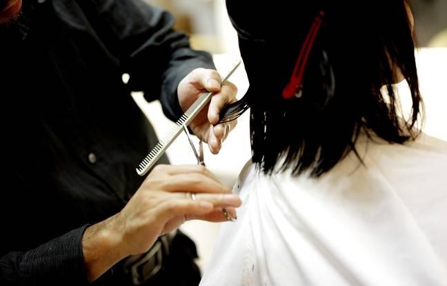 648x415 coiffeur coupant cheveux cliente image illustration
