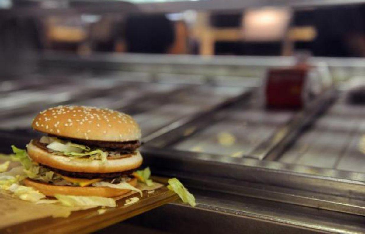 Un hamburger préparé dans un fast-food près de Toulouse – Remy Gabalda AFP