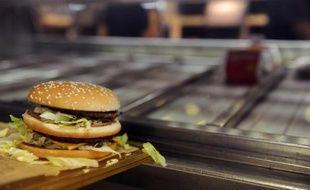 Un hamburger préparé dans un fast-food près de Toulouse