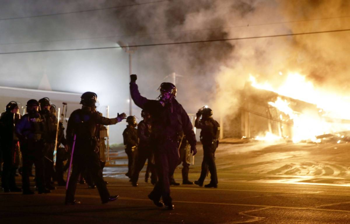 Des émeutes éclatent après la décision du grand jury de ne pas inculper le policier qui a tiré sur Michael Brown.  – David Goldman/AP/SIPA