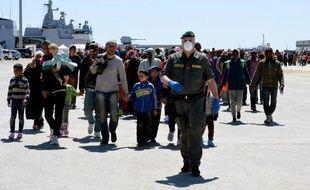 Des migrants naufragés débarqués du navire italien Bettica, arrivent le 22 avril 2015 dans le port d'Augusta en Sicile