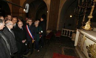 Le ministre de l'Intérieur Bernard Cazeneuve à l'église Saint-Louis de Fontainebleau, le 11 janvier 2016