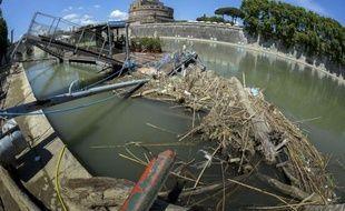 """Pontons arrachés et rives parsemées de déchets: les organisateurs de """"Bateaux de Rome"""", le service touristique de navigation sur le Tibre, ont décidé pour la première fois depuis dix ans d'arrêter leur activité."""