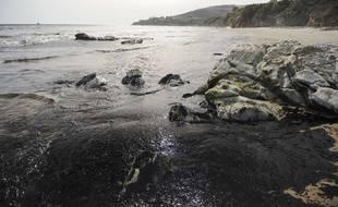 Goleta (Californie, Etats-Unis), mardi. Des nappes de pétrole arrivent sur une plage du comté de Santa Barbara.