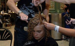 Une personne se fait coiffer avant un défile - Illustration