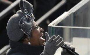 A la tribune officielle, un pasteur entame son sermon avant de laisser la place à la star du jazz Aretha Franklin, qui entonne de sa puissante voix une chanson patriotique.