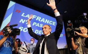 Eric Zemmour salue la foule à la fin de son meeting-dédicaces
