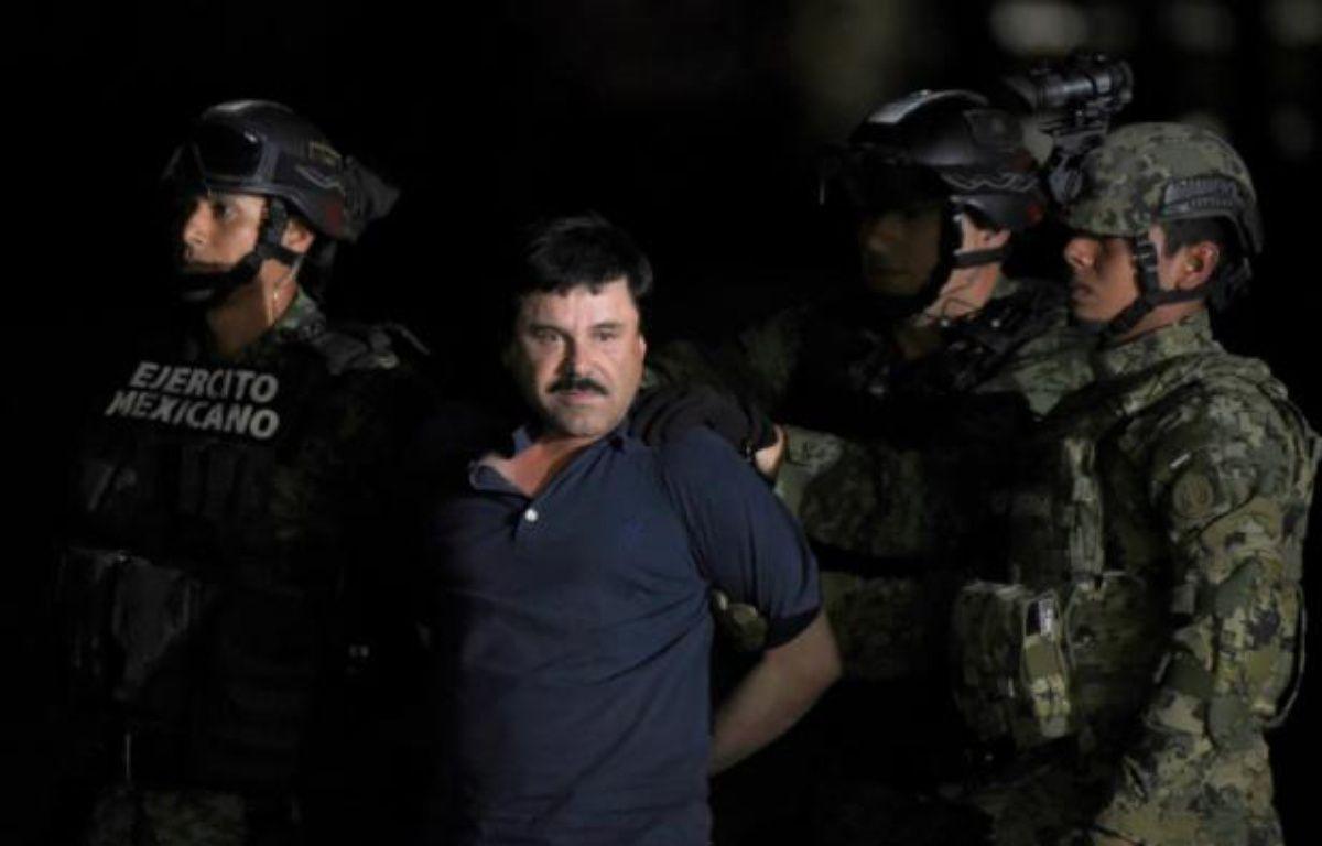 """Joaquin """"El Chapo"""" Guzman est escorté vers un hélicoptère à l'aéroport de Mexico le 8 janvier 2016 après avoir été arrêté dans l'Etat du Sinaloa – ALFREDO ESTRELLA AFP"""