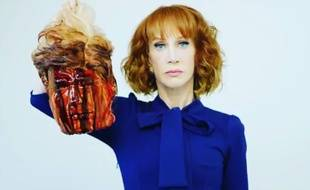 La comique américaine Kathy Griffin pose avec une tête décapitée à l'effigie de Donald Trump.