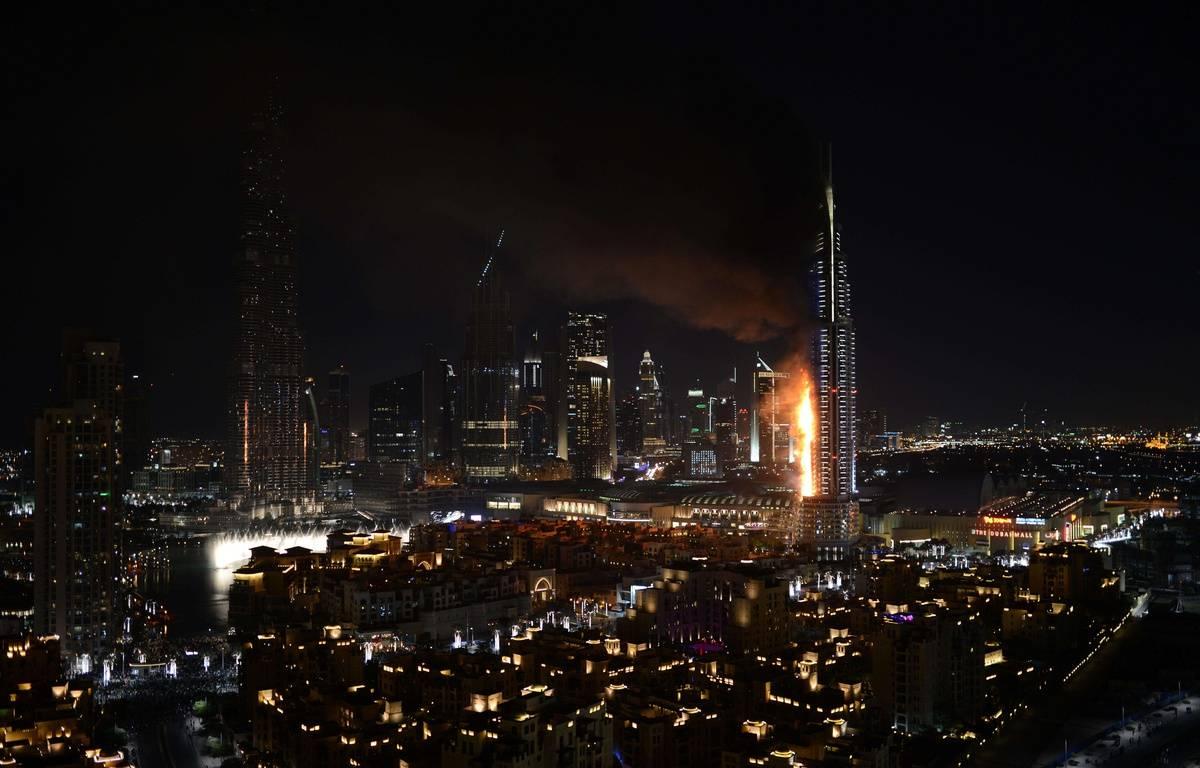 un énorme incendie fait rage jeudi dans un hôtel de luxe de Dubaï, près de la plus haute tour du monde, Burj Khalifa; – Sina Bahrami/AP/SIPA
