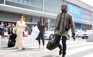 Kanye West et Kim Kardashian, accompagnés de Kris et Kendall Jenner, arrivent à l'aéroport d'Ibiza.