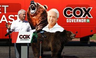 Pour conquérir le poste de gouverneur de Californie, John Cox fait campagne avec un ours, à Sacramento le 4 mai 2021.