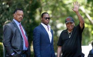 Joe Jackson, père de Michael (à droite), le révérend Jesse Jackson et son fils Jesse Jackson Jr, devant la maison familiale, à Encino, en Californie, le 26 juin 2009