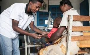 Un médecin examine un enfant dénutri de 15 mois au centre médical du village d'Imongy, dans le sud de Madagascar, le 4 mars 2015