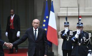 Gérard Collomb serre la main du Premier ministre Edouard Philippe lors de sa passation de pouvoir le 3 octobre 2018.