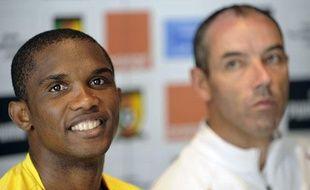 Samuel Eto'o, capitaine du Cameroun, et son sélectionneur, Paul Le Guen, lors d'une conférence de presse à l'hôtel Serra da Shela à Lubango en Angola.