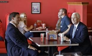 Le gouverneur de Floride, Ron DeSantis, et le vice-président américaine, Mike Pence, dans un restaurant à Orlando, le 20 mai 2020.