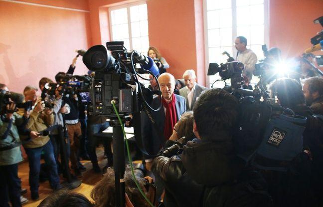 Le 27 novembre 2016, Alain Juppé vote au milieu des journalistes pour le deuxième tour de la primaire de la droite et du centre