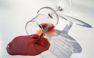 Un verre de vin rouge renversé (Illustration)