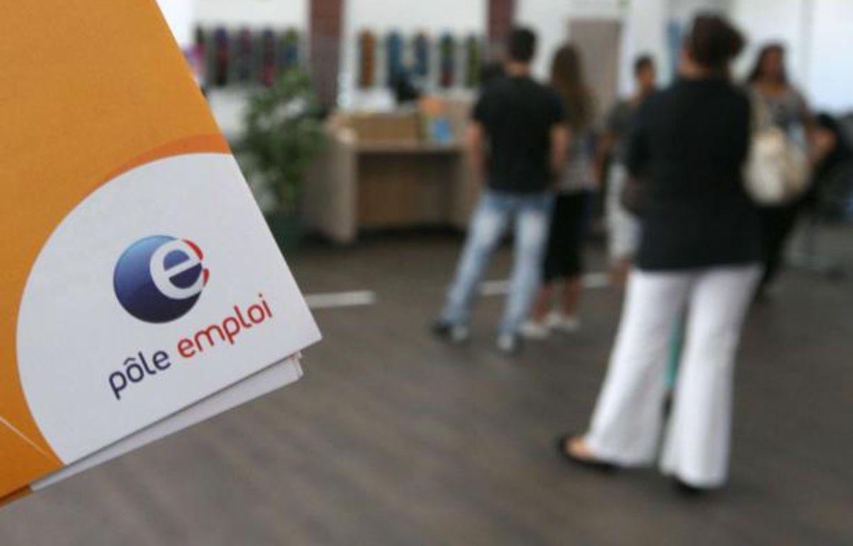 Des demandeurs d'emploi patientent dans une agence de Pôle emploi. – Lionel Cironneau/AP/SIPA