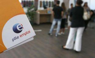 Des demandeurs d'emploi patientent dans une agence de Pôle emploi.