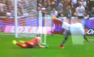 Le défenseur bordelais Nicolas Pallois détourne de la main une frappe bastiaise qui partait au but, le 31 août 2014, lors de la 4e journée de L1. Un fait de jeu non sanctionné par l'arbitre.