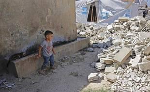Un enfant syrien regarde les ruines d'un camp de réfugiés au Liban, le 9 août 2019.