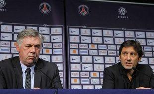 Carlo Ancelotti et Leonardo lors de la présentation officielle du coach italien à la presse, vendredi 30 décembre au Parc des Princes.