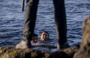 Un garde civil espagnol attend l'arrivée des migrants dans l'enclave espagnole de Ceuta, près de la frontière entre le Maroc et l'Espagne, le 19 mai 2021.
