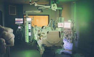 Un patient hospitalisé en réanimation à l'hôpital Delafontaine, à Saint-Denis.