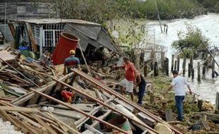 L'ouragan Sandy a traversé vendredi les Bahamas et menaçait de frapper, juste après le week-end, la côte très peuplée du nord-est des Etats-Unis, encore plus sévèrement que l'ouragan Irene, qui avait tué 47 personnes en 2011.