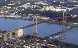 Une voiture sans conducteur a été retrouvée sur le pont d'Aquitaine.