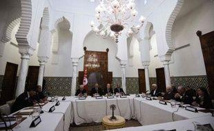 Le Premier ministre tunisien Hamadi Jebali a annoncé vendredi de nouvelles consultations lundi sur son initiative de former un gouvernement apolitique, reportant sine die la composition du nouveau cabinet et prolongeant la profonde crise politique dans le pays.
