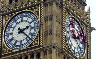 Des hommes nettoient l'horloge de Big Ben le 20 août 2001 à Londres