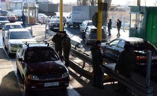 La population patiente le 13 février 2015 à Ouspenka, dans l'est de l'Ukraine, pour traverser la frontière avec la Russie