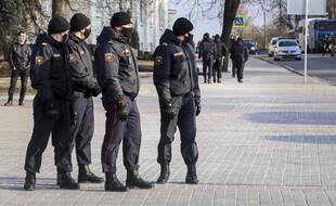 La police empêche une manifestation contre le régime au Belarus le 25 mars 2021, à Minsk