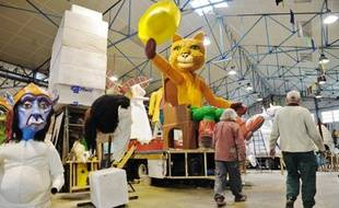 Les carnavaliers continuent de travailler à la réalisation des chars et grosses têtes.