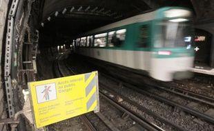 Un homme armé d'un pistolet automatique a été interpellé vendredi peu après 09h30 dans le tunnel entre les stations Saint-Denis Basilique et Université de la ligne 13 du métro parisien après avoir menacé les voyageurs