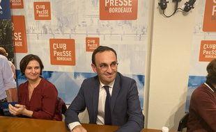 Le candidat LREM aux municipales à Bordeaux Thomas Cazenave, ici avec sa conseillère mobilités Véronique Lajoie.